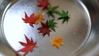 もみじの葉を作っています。